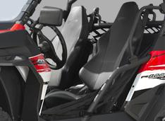 Анатомические сиденья и 4-х точечные ремни безопасности